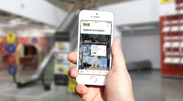 une main qui tient un téléphone portable avec l'application ikea ouverte