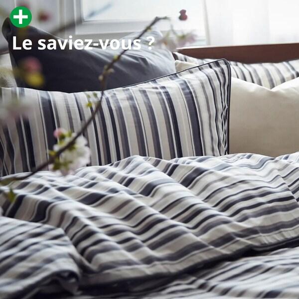 une parure de lit bleu et beige à rayures en coton durable