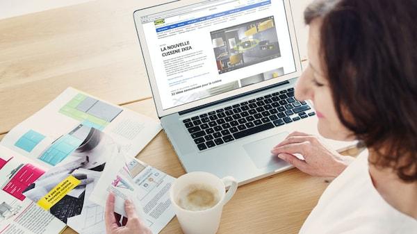 Une personne consulte le site Web de IKEA sur un ordinateur portable.