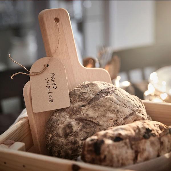Une planche à découper et une miche de pain