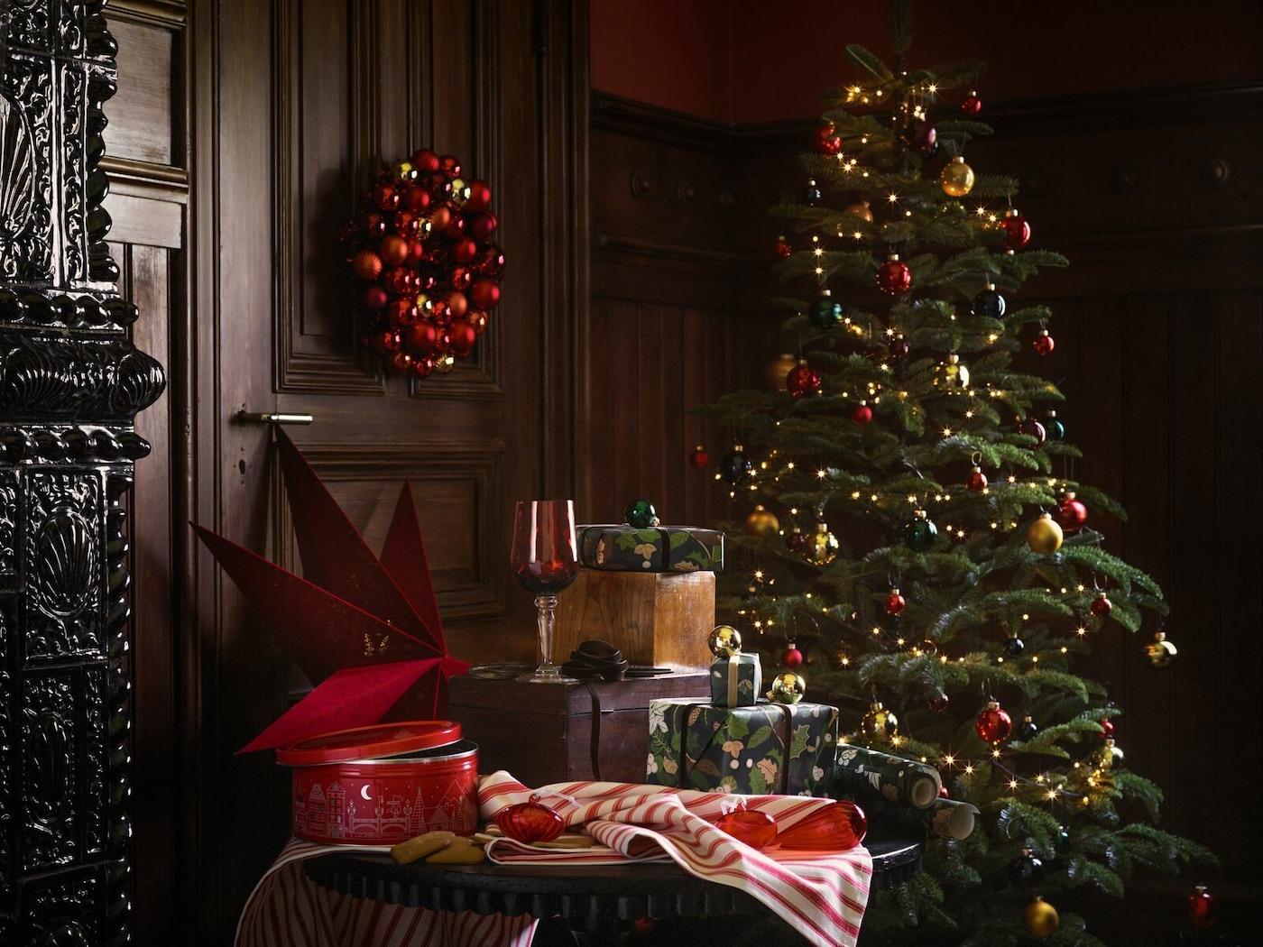 Une sélection de produits de la gamme IKEA VINTER 2020, comprenant un sapin, du papier cadeau et des accessoires d'intérieur.