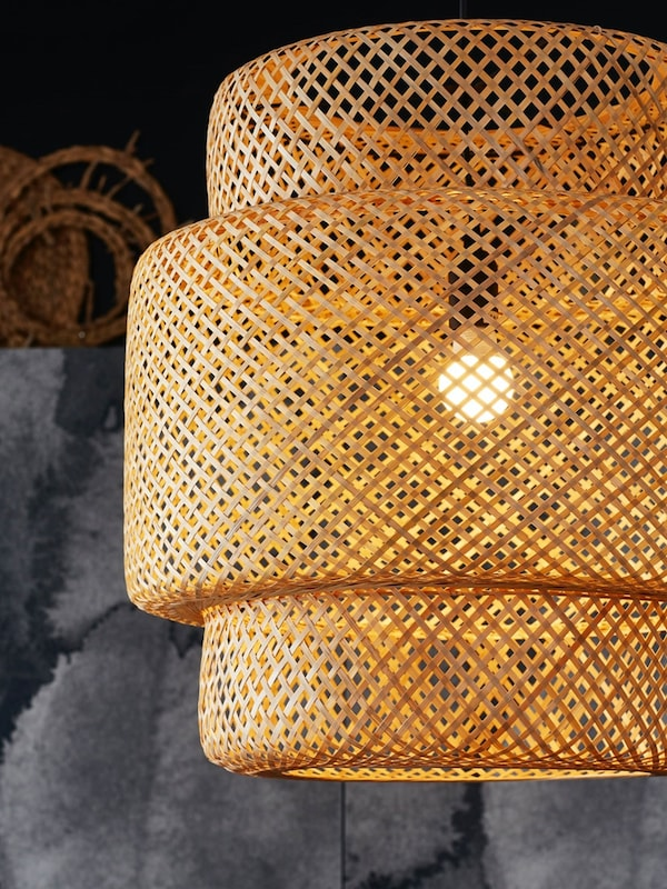 Une suspension SINNERLIG en bambou.