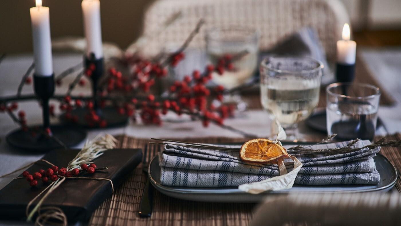 Une table chaleureuse et festive décorée d'accessoires en fibres naturelles et d'objets décoratifs originaux.