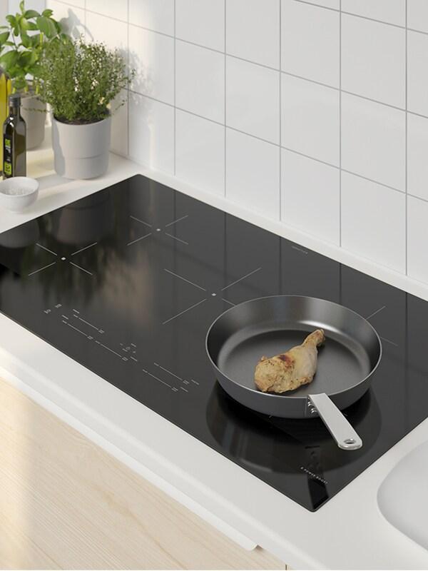 Une table de cuisson à induction SÄRKLASSIG noire de 30po.