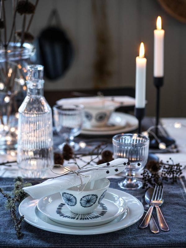 une table de fête dressée avec de la vaisselle blanche à motifs bleus