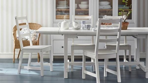 Une table de salle à manger et des chaises blanches de la collection NORDVIKEN.