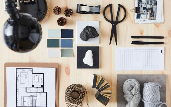 Une table recouverte des couleurs et des matériaux inspirants qu'utilisent les experts en aménagement intérieur pour la planification.