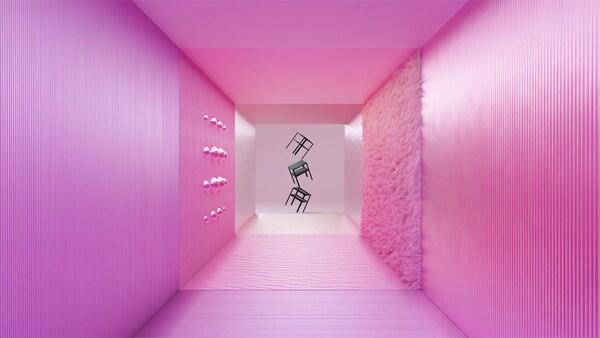 Une vue sur un couloir rose au bout duquel des tables d'appoint sont empilées.