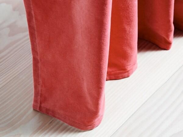 Unes cortines SANELA de vellut de coto amb uns agradables tocs de vermell i marró clar que enfosqueixen l'habitació.
