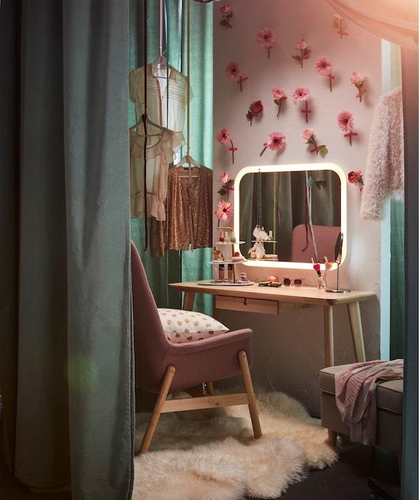 Uno spazio per il trucco personalizzato da una parete decorata con fiori e uno specchio con illuminazione integrata STORJORM - IKEA