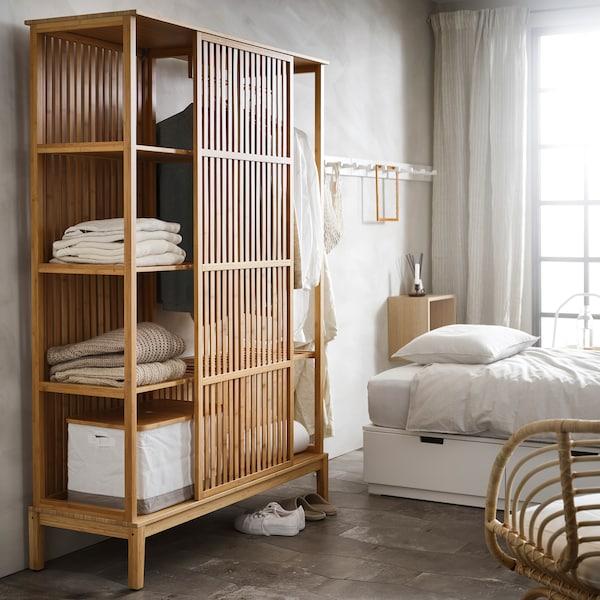 Unser preisgesenkter NORDKISA Schrank steht neben einem Bett.