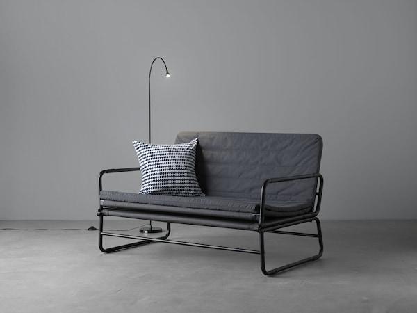 Unsere preisgünstigsten Produkte _ein graues Schlafsofa in einem grauen Raum