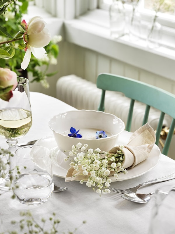 UPPLAGA series on a wedding table with wine glasses and artifical flowers