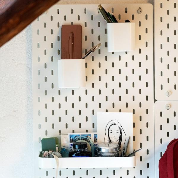 Utiliser SKÅDIS pour organiser ses espaces de rangement sur son poste de travail.
