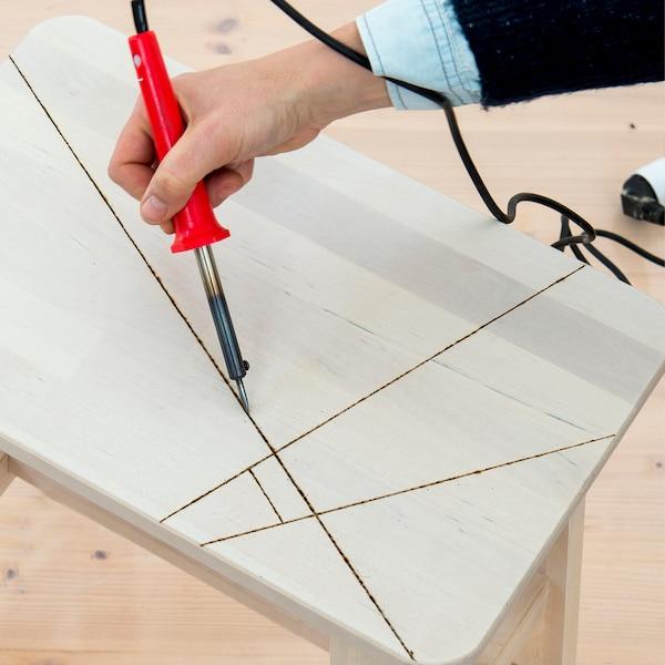 utiliser un pyrographe pour brûler les lignes dans le bois