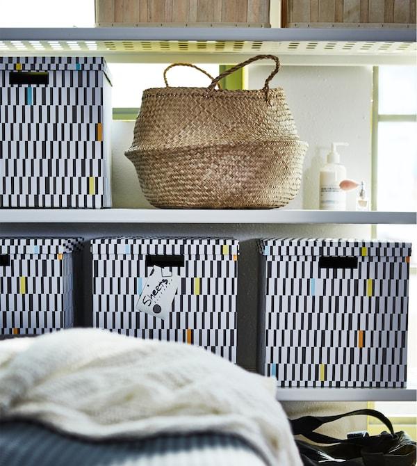 Utilisez intelligemment votre espace avec une étagère (MULIG) qui vous offrira beaucoup de place pour montrer vos trésors et cacher le reste, comme le linge de lit, dans des boîtes (TJENA).