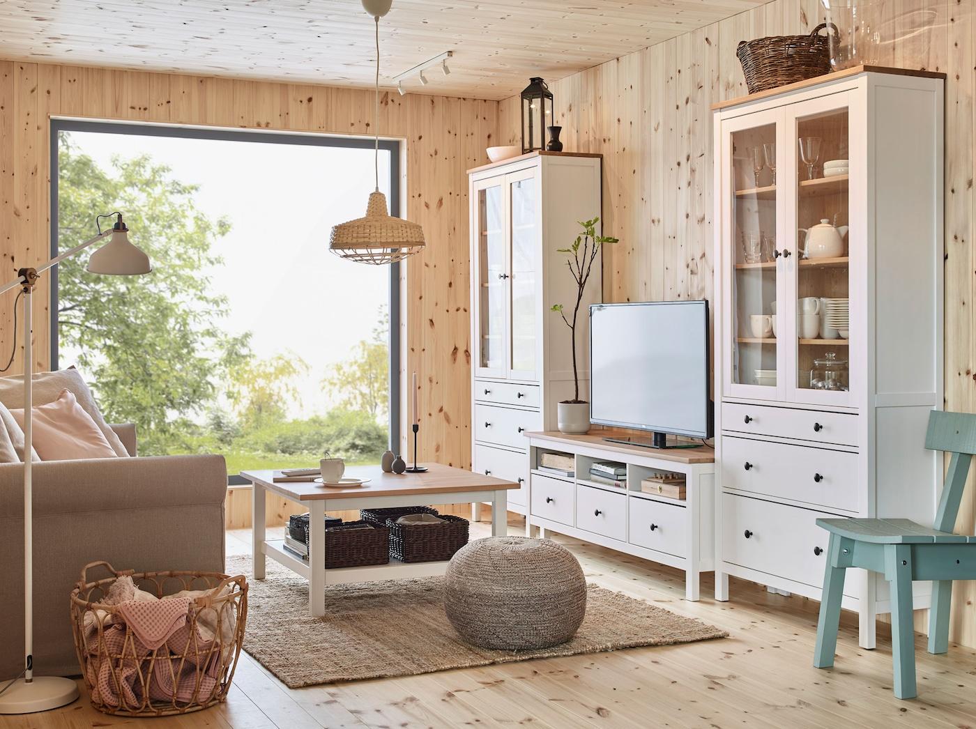 Uudet IKEA HEMNES kalusteet sisältävät kaikkea olohuoneen sisustukseen. Kaapit, sohvapöydät ja hyllyt on tehty raikkaasta ja sileästä massiivimännystä. Luonnollisen tyylinen olohuone.