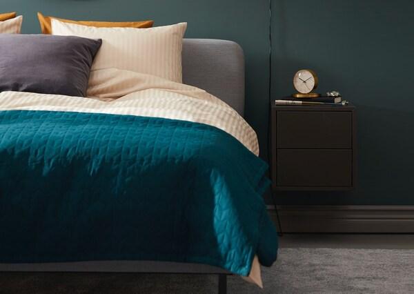 Уютная спальня в глубоких зеленых тонах, стильная кровать СЛАТТУМ с мягким изголовьем серого цвета