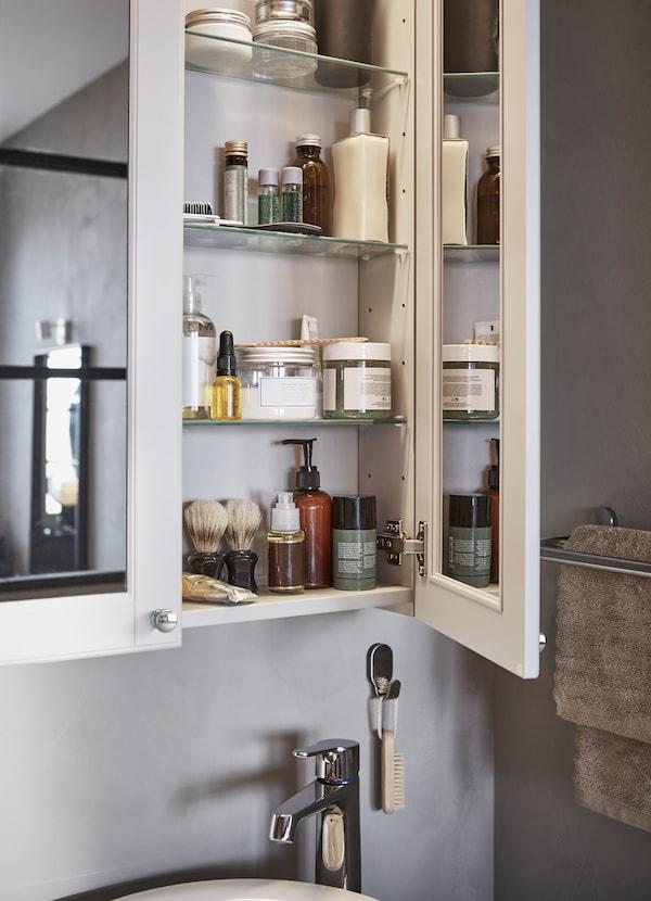Uzupełnij swoją łazienkę GODMORGON jasnoszarymi szafkami z lustrem z tej samej serii. Lustra znajdują się po obu stronach drzwi, dlatego możesz obejrzeć się pod każdym kątem.