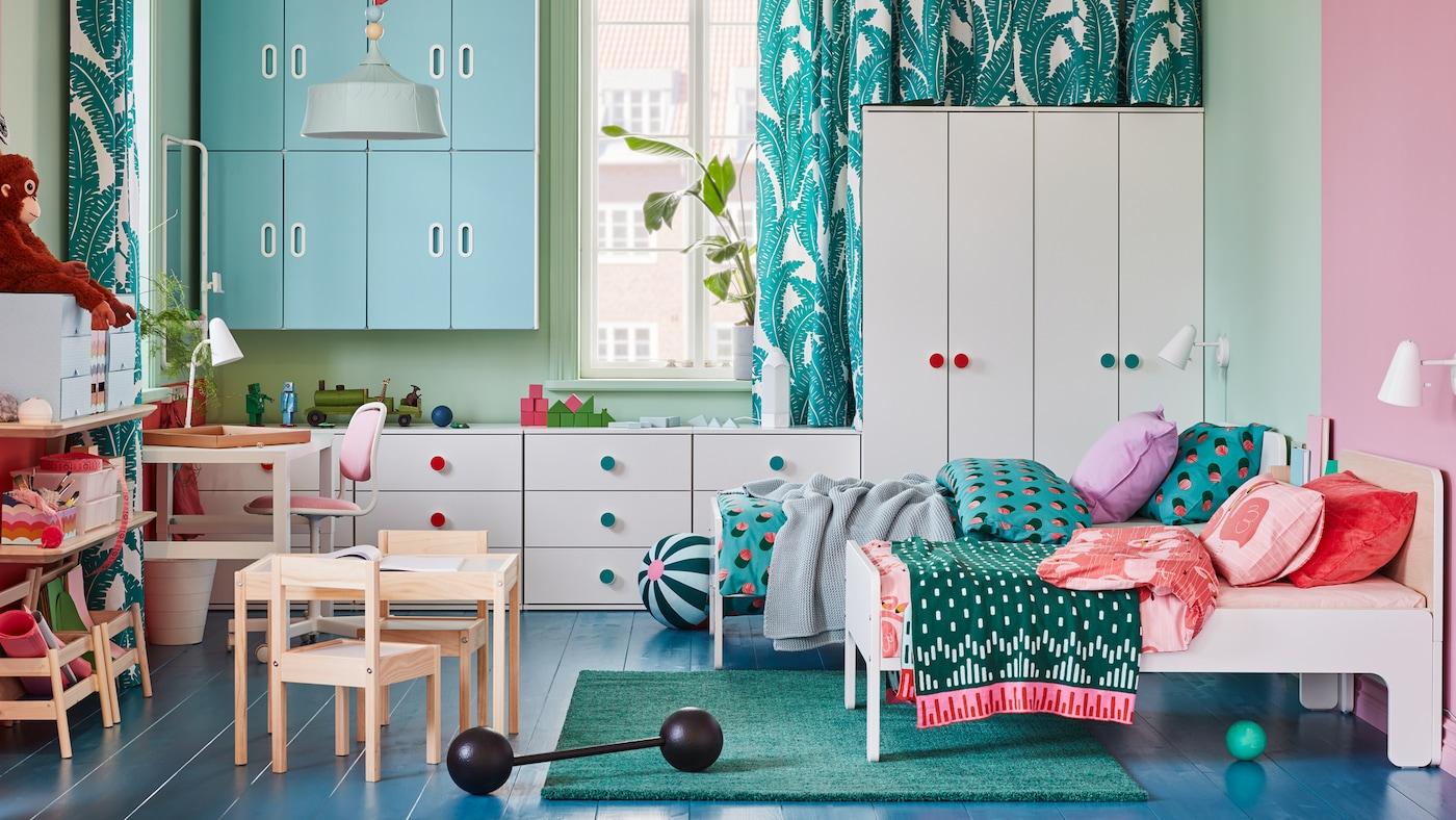 В детской стоят две кровати СЛЭКТ, платяные шкафы и комоды из серии ГОДИХУС, навесные шкафы СТУВА/ ФРИТИДС.