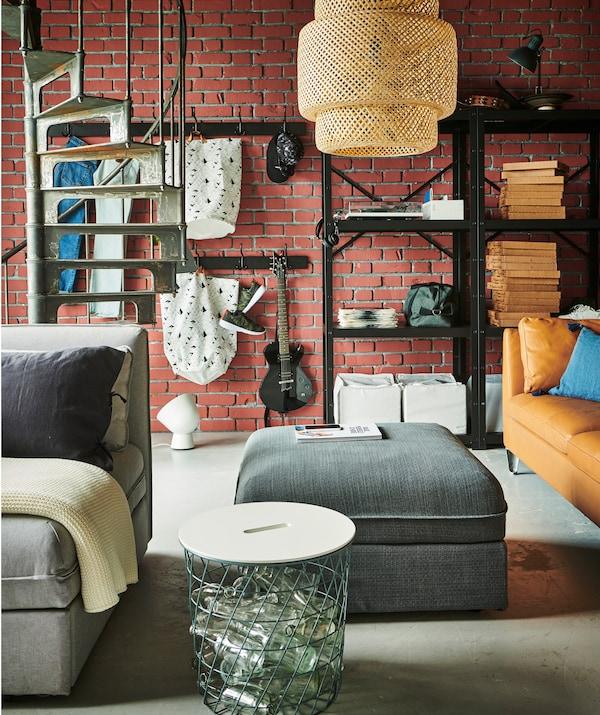 В маленькой квартире мебель может сэкономить много места, если ее использовать не только для хранения, но и как украшение, место для отдыха и т. д.