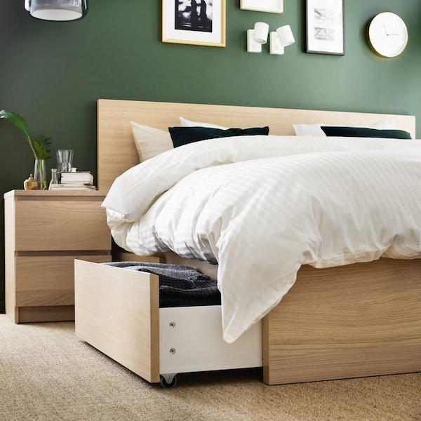 В ящиках каркасов кроватей из серии МАЛЬМ удобно хранить постельное белье и другие вещи