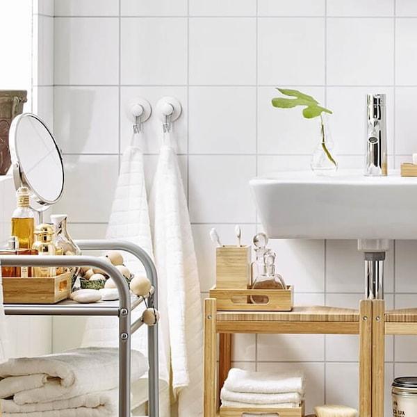 Vaalea kylpyhuone.