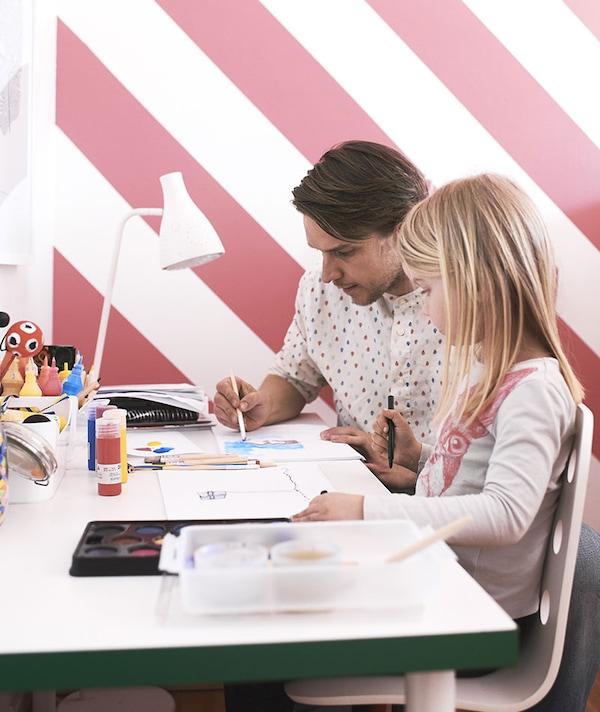 Vader en dochter aan een bureau