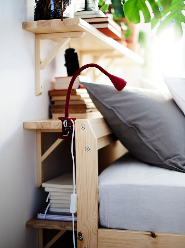 Væghylder udnytter pladsen mellem en væg og en sengegavl og fungerer både som opbevaring og sengebord.