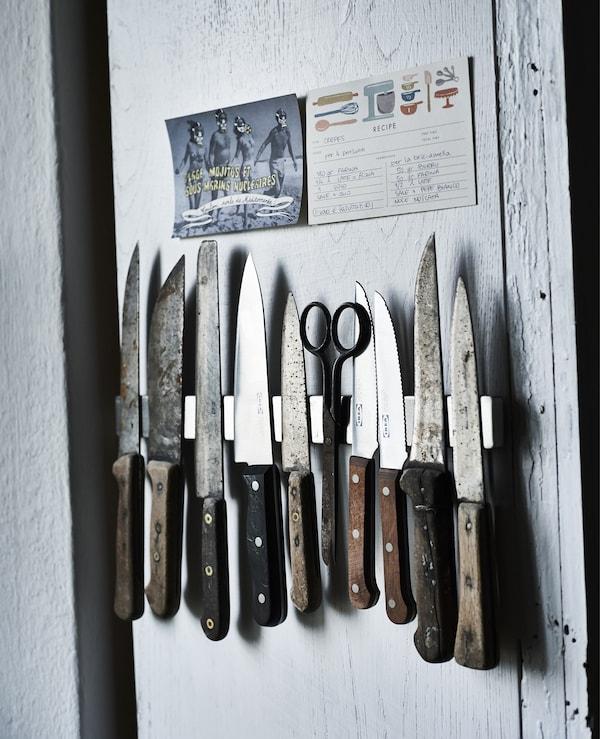 Vægudstilling af en knivsamling i et køkken.
