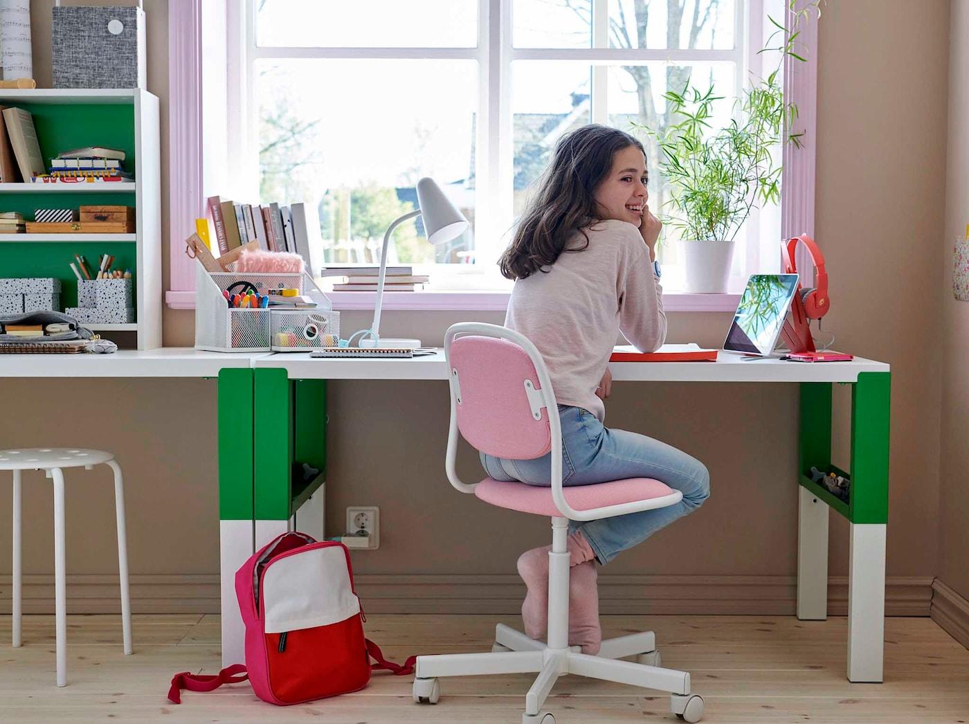 Värikäs ja käytännöllinen työpiste, jossa koululainen tekee läksyjä.