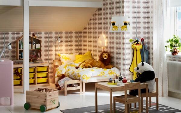 Värikäs lastenhuone sisältää runsaasti käytännöllistä säilytystilaa.