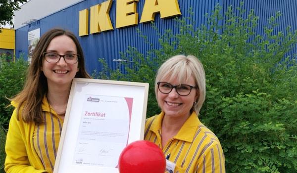 Valerie Tellenbach, People & Culture Generalist und Katharina Schenker, Market Manager, IKEA AG Pratteln/BL mit dem iPunkt-Zertifikat