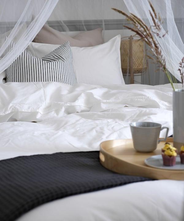 Valkeat lakanat makuuhuoneessa