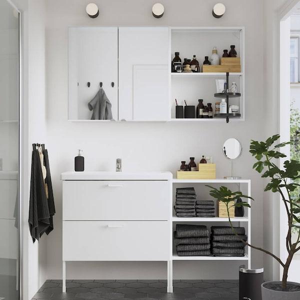 Valkoinen ENHET-kylpyhuone.