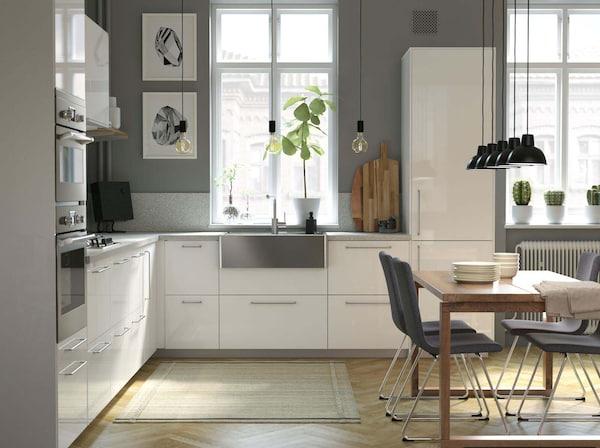 Valkoinen IKEA-keittiö