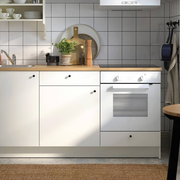 Valkoinen KNOXHULT-keittiö, jossa on puiset työtasot.