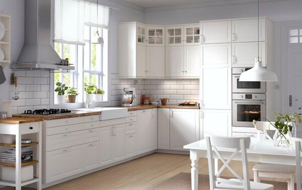 Valkoinen maalaisromanttinen keittiö