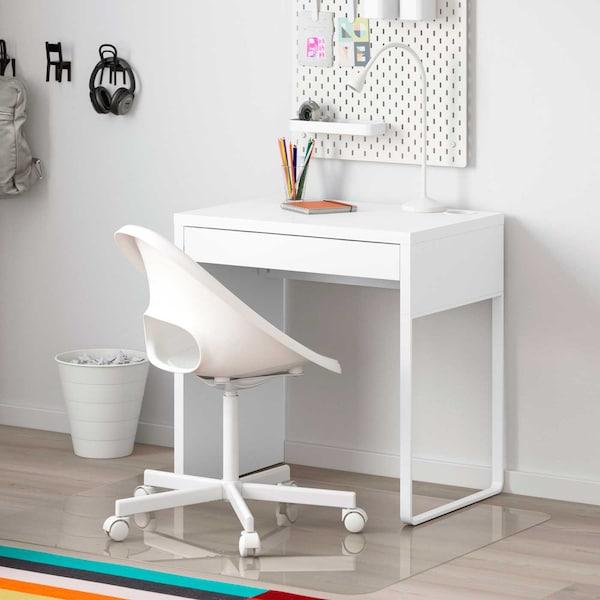 Valkoinen MICKE-työpöytä ja valkoinen työtuoli.