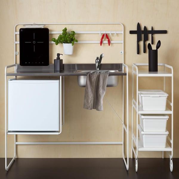 Valkoinen pieni SUNNERSTA-keittiökalustus, jossa on metallinen työtaso.