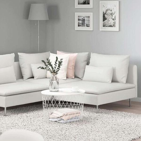 Valkoinen SÖDERHAMN-kulmasohva vaaleassa huoneessa. Keskellä valkoinen säilytyspöytä VINDUN-matolla.
