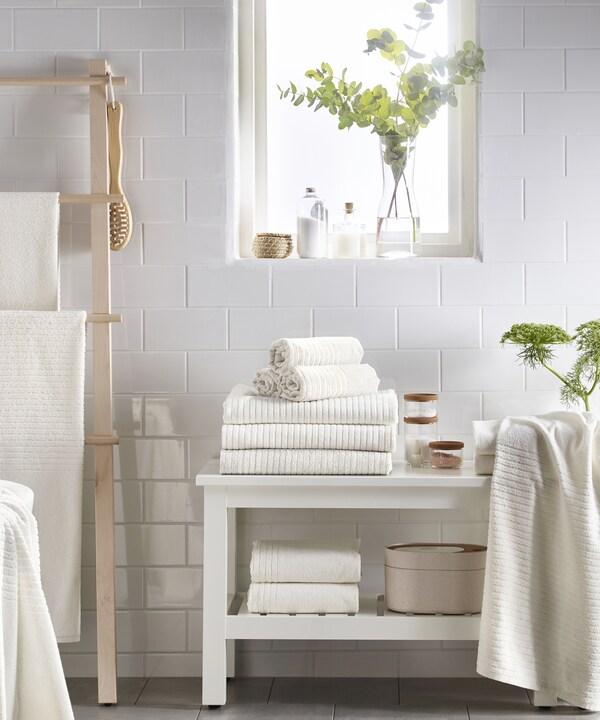 Valkoiset pyyhkeet kylpyhuoneessa