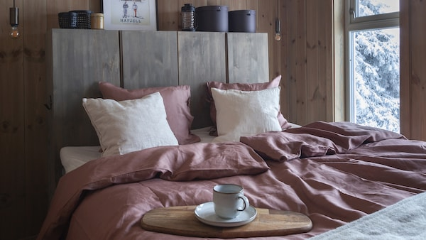 Valoisa makuuhuone mökillä.