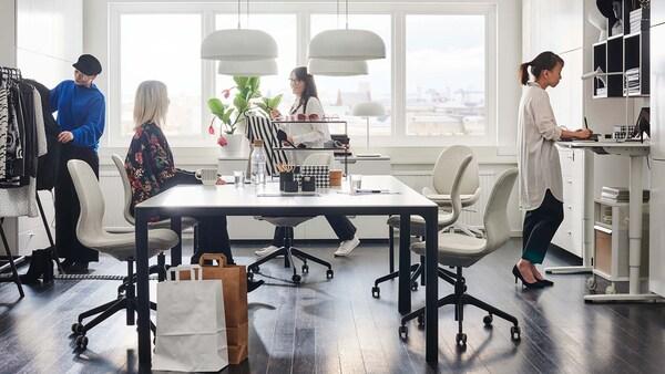 Valoisa pienikokoinen toimisto, jossa on ergonomista työskentelytilaa