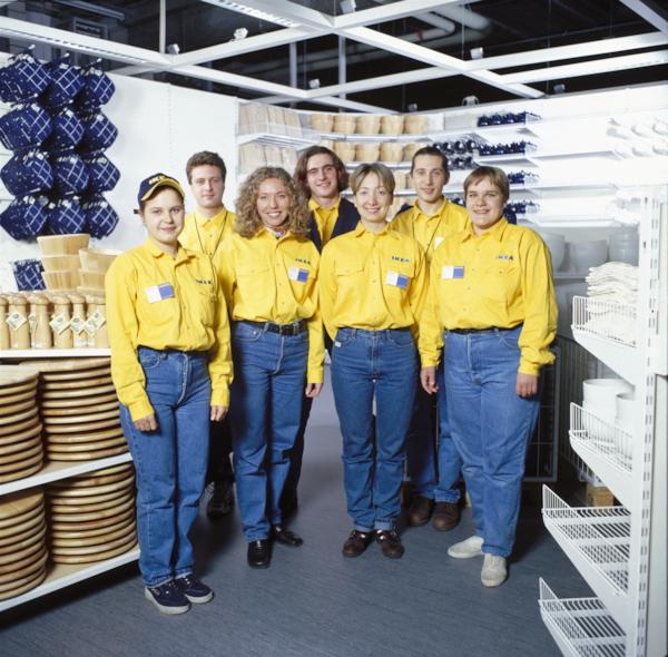 Vanha kuva, jossa hymyilevää IKEA-tavaratalon henkilökuntaa.