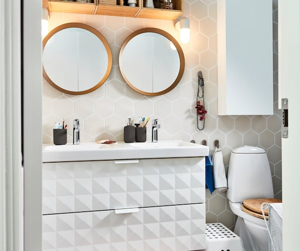ванная с двумя зеркалами и белым шкафом под раковину
