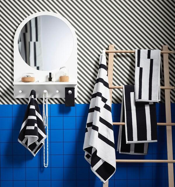 ванная с зеркалом и синей плиткой