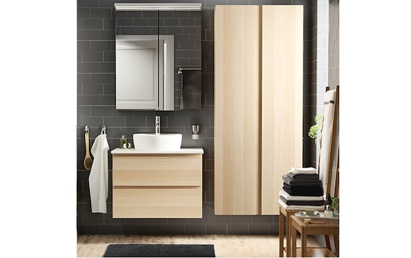 ванная в серых тонах и коричневой мебелью