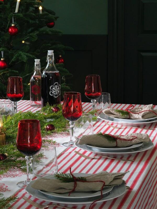 Vánočně prostřený jídlení stůl.