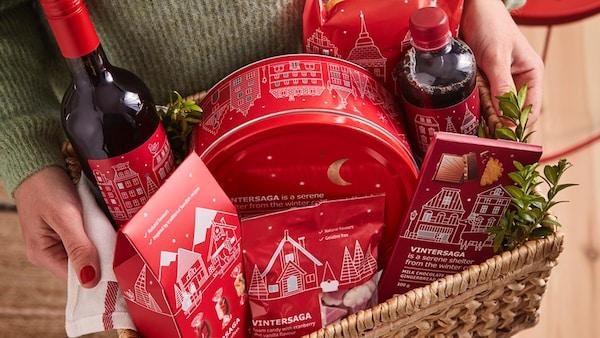 Vánoční výrobky ze sortimentu švédského obchůdku v proutěném koši.